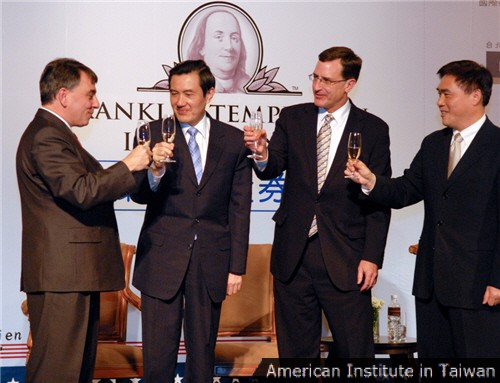 (From left to right) AIT Director William Stanton, President Ma Ying-jeou, American Chamber of Commerce President Alan Eusden, and Taipei Mayor Hau Lung-bin share a toast at AmCham's