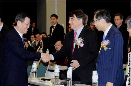 Taiwan Vice President Vincent Siew shakes hands with AIT Director William A. Stanton at Straits Exchange Foundation's symposium.  (Photo: Straits Exchange Foundation)
