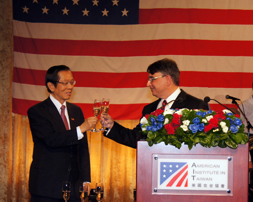 AIT Director Will iam Stanton and Taiwan Foreign Minister Timothy  Yang toast at Independence Day reception.  (Photo: AIT Images)
